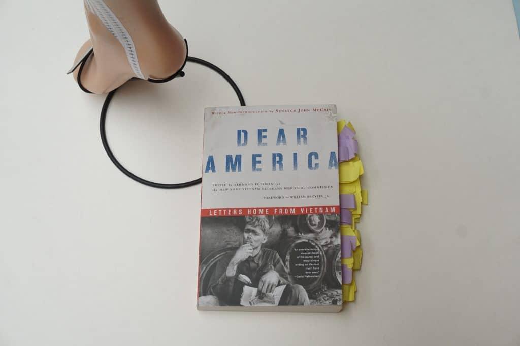 dear america letters home from vietnam-livre sur la guerre du vietnam -installation art contemporain en regard du livre